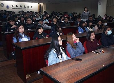 龍華學子聆聽通才精彩演講並互動交流。