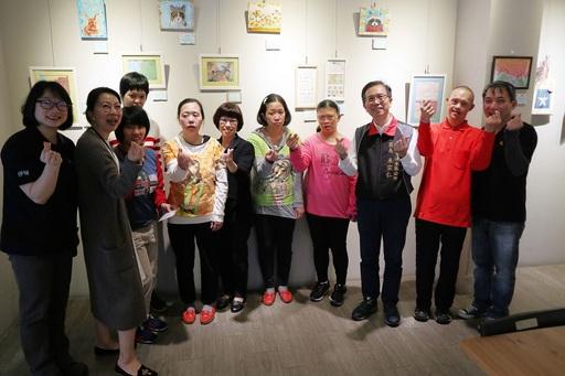 長官與貴賓到場參與「伊起來 紙為愛」紙藝展義賣活動開幕儀式,並與學員及作品合影。