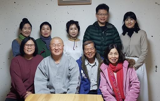 弘法寺住持深山法師(左二)親自接待佛光大學楊朝祥校長(右二)。