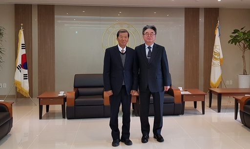 新羅大學朴泰學校長(右)與佛大楊朝祥校長合影。