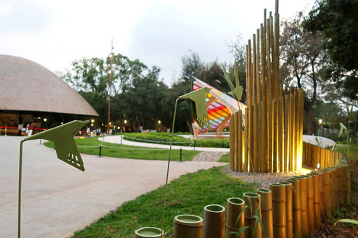 透過竹構、植栽、燈光等裝置藝術打造代表祝福的希利克鳥飛行路徑意象。