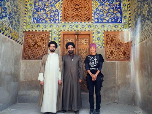謝承惠在旅途中體驗各國文化,與伊朗居民合影(謝承惠提供)