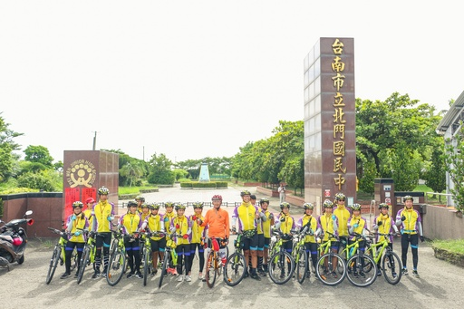 崑大志工團隊為北門國中師生紀錄單車環島