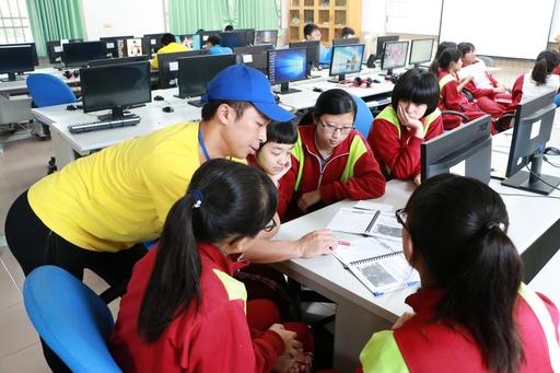 學生分組討論拍攝腳本