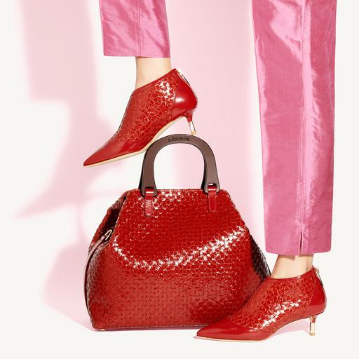 a.testoni成套包款和鞋子搭配,在整體造型中能快速突顯出媽咪個人品味。