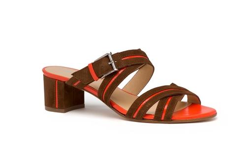a.testoni 推出夏日低跟涼鞋,非常具有女人味。