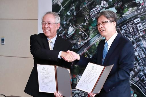 臺北大學校長李承嘉(右)與國家災防中心主任陳宏宇代表雙方簽約