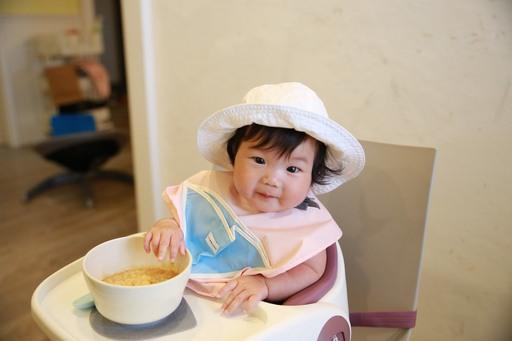 台灣少子化來臨,在「精養」小孩觀念之下,市場戰線拉長讓副食品、兒童餐具、功能性圍兜逆勢成長,搶攻質感育兒財。