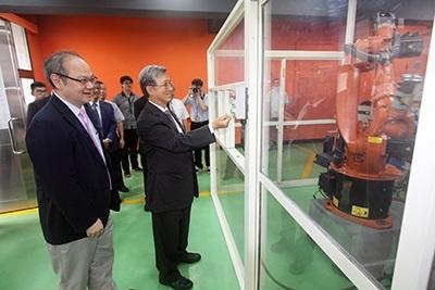 龍華科大校長葛自祥(左1),對於新日興呂勝男董事長提供學生獎學金及實習機會深表感謝。