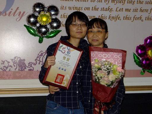 饒育寧感恩媽媽每天接送上下學,當場對媽媽說「媽咪我愛妳」。
