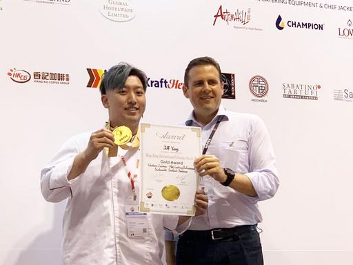景文科大餐飲系學生楊于頡(左),在鱈魚烹調專業組中獲得金牌。