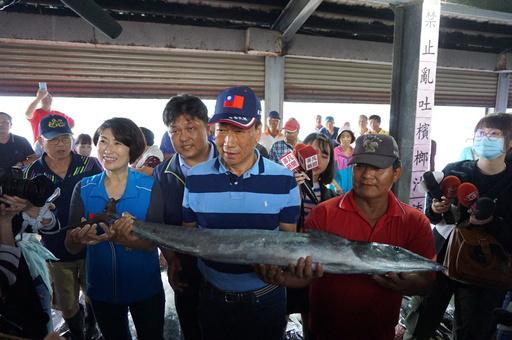 郭台銘董事長參觀新港漁市場 縣長饒慶鈴請求協助魚產行銷 創造漁民收益