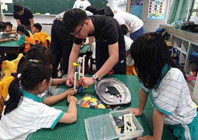 大葉大學企管系學生教員林國小小朋友用積木組出車子