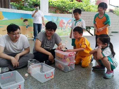 大葉大學企管系學生教員林國小學童用積木學科學