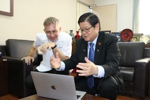 洪明奇校長與馬培德博士暢談中西醫連結合療發展。