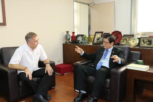 洪明奇校長與德籍馬培德博士相見歡。