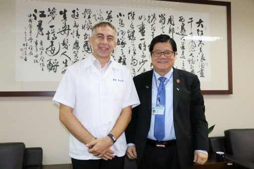 洪明奇校長恭賀德國籍助理教授馬培德歸化中華民國國籍。