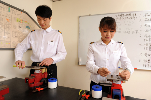 女性細心謹慎的特質 很適合飛機維修航空電子