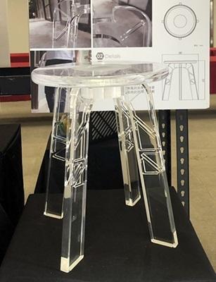 靈感來自大樓玻璃帷幕,文創系鍾嘉峻設計作品「水晶凳」,透明澄澈又耐撞好吸睛。