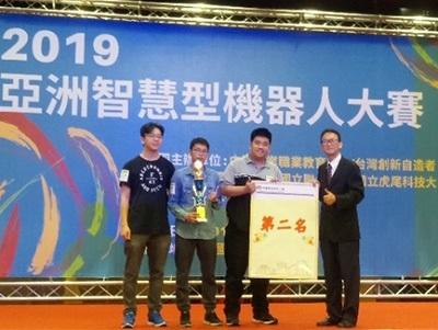 龍華科大PBL智慧機器人專班學生獲得「自走車極速挑戰賽」大專B組第二名。
