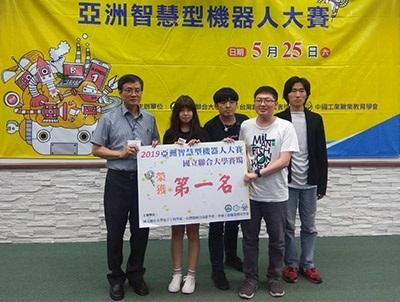 龍華科大資網系學生團隊,勇奪「自走車極速挑戰賽」大專C組第一名。