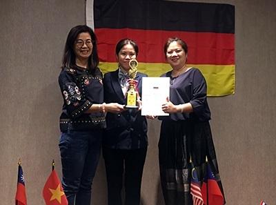 龍華科大鍾涓涓老師(左)指導應外系碩士生阮玉昕,以優異的滿分成績,榮獲國際組金牌。