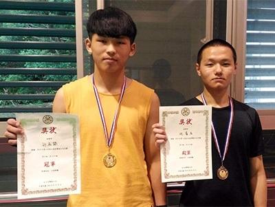 龍華科大學生許志錄(左),勇奪2019第六屆臺大盃散打搏擊男子組85公斤級全國冠軍;施睿名則獲70公斤級殿軍。