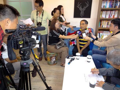 李盈達接受電視採訪。