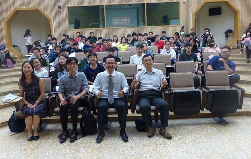 吳家德副總經理(前排右二)分享「勾勒自己的職場願景地圖」