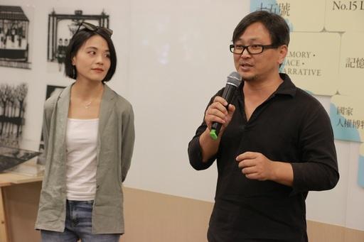 導演吳德淳(右)及紙雕藝術家成若涵(左)說明創作理念