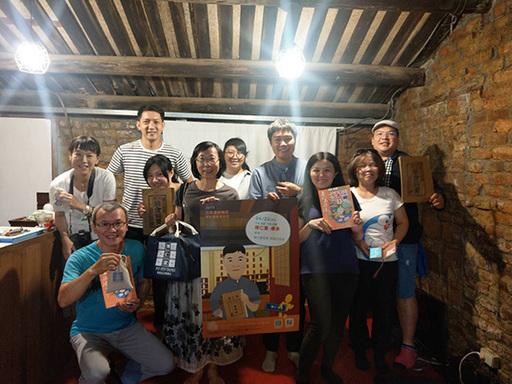 博仁堂第六代周建文先生分享「博仁堂-傳承」講座,周建文先生(右四)與參與講座的學員合影。