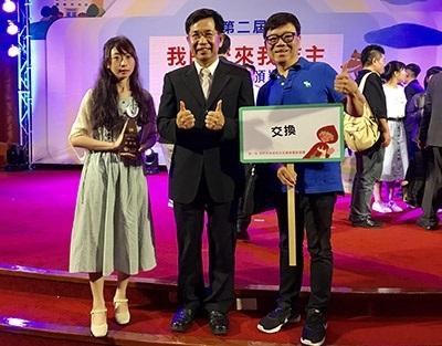 龍華科大文創系與泉州專班學生勇奪反毒微電影銀牌,獲獎團隊代表與教育部長潘文忠合影。