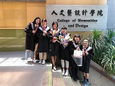 陸生林陳進(右3)甫從龍華科大畢業,雙主修培養職場競爭力。