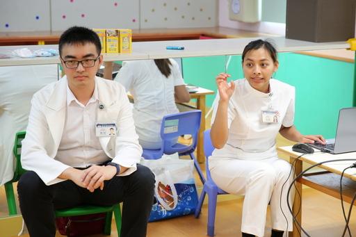 花蓮慈濟醫院小兒部醫師蕭宇超(左)、宋景歡護理師(右),教家長預防腸病毒。