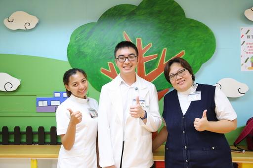 花蓮慈濟醫院小兒部醫師蕭宇超(左二)、兒科病房護理長李依蓉(右二)、宋景歡護理師(左),在親職系列講座,教爸爸媽媽們認識腸病毒之外還要預防腸病毒。