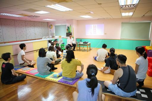 花蓮慈濟醫院小兒部醫護團隊與花蓮縣洄瀾親子館舉辦親職系列講座,吸引不少家長帶著孩子前來。