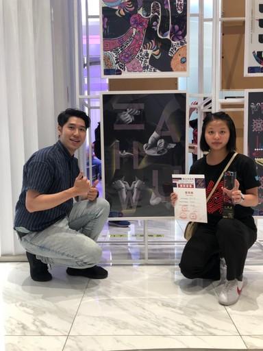 景文科大視傳系獲得一等獎吳昀芬(右)與劉冠辰老師(左)合影。
