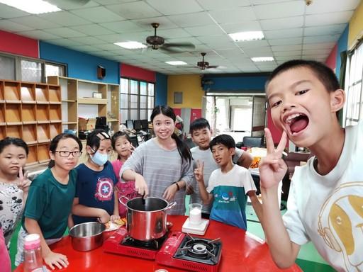 課輔師生共同動手進行烹飪課程