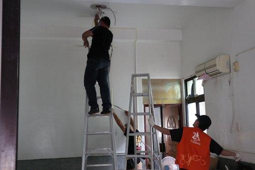 伊甸羅賴把志工團隊更換老舊電線,新增亮度較高的平板燈改善室內照明