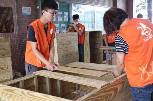 伊甸羅賴把志工團隊製作活動收納櫃,讓莊太太物品收納更方便,移動也較不費力