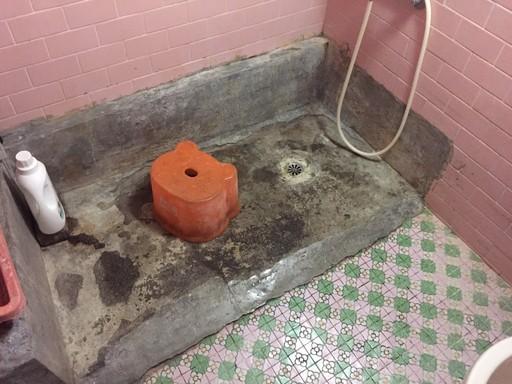 不友善且破舊不便的浴廁設施,加重莊太太照顧先生及兒子的負擔