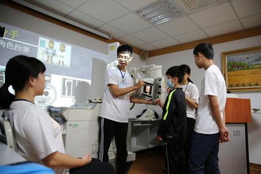 小醫王們嘗試操作X光機,這時的他們化身為醫事放射師,學習X光判讀,認識人體骨骼的初體驗。
