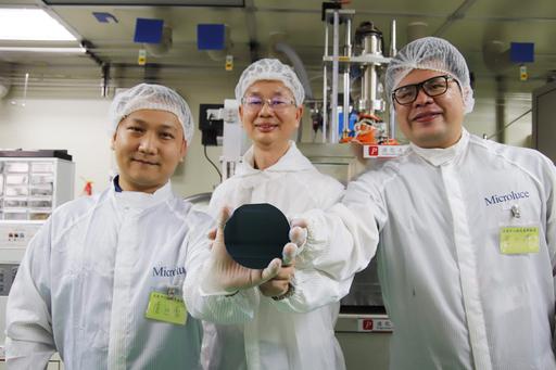 由中央大學光電系陳昇暉教授(中)、詹世豪博士(左)和曾少澤博士(右)所帶領的萌芽新創團隊發表創新的Micro LED磊晶技術,透過高能物理的方式,在「低溫」狀態下即可長出高品質的氮化鎵薄膜。