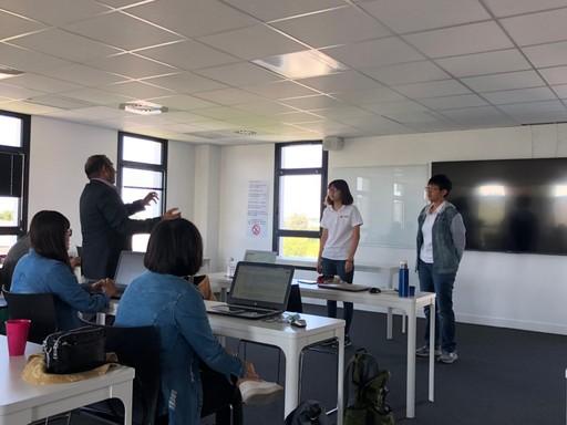 中金院學生在人工智慧課程簡報,並接受雷恩商學院Hasan教授的指導。