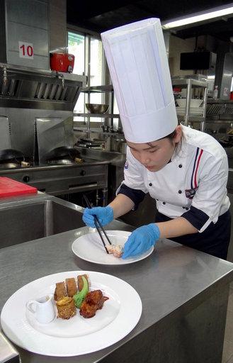 餐飲系一年級同學王若甄以「糯米雞肉捲拼左宗棠雞拼蜜汁杏鮑菇塔」拿下「現場個人熱烹雞肉料理」全項最高分金牌。