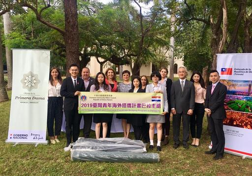 周大使夫人與巴國第一夫人辦公室人員、駐館同仁及「搭僑計畫」來巴參訪學生合影留念