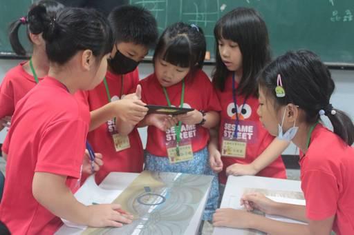 有趣的科技課程讓學童躍躍欲試