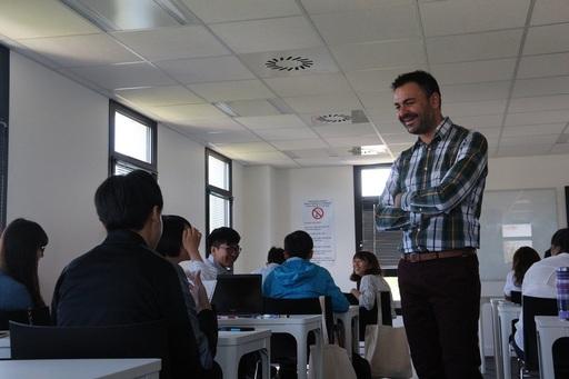 三創課程的Oscar Llopis教授與中金院見習生創造輕鬆的學習環境