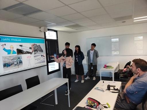 中金院學生在課堂簡報自己的創新產品