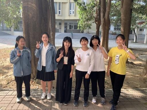王珊彗老師與台南女中師生課後留影
